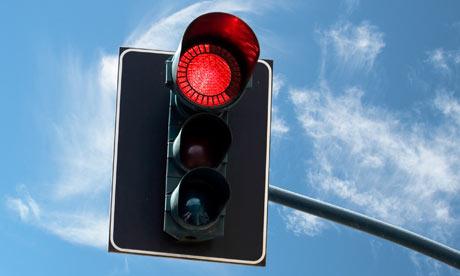 Está permitido brincarse los semáforos en la noche?